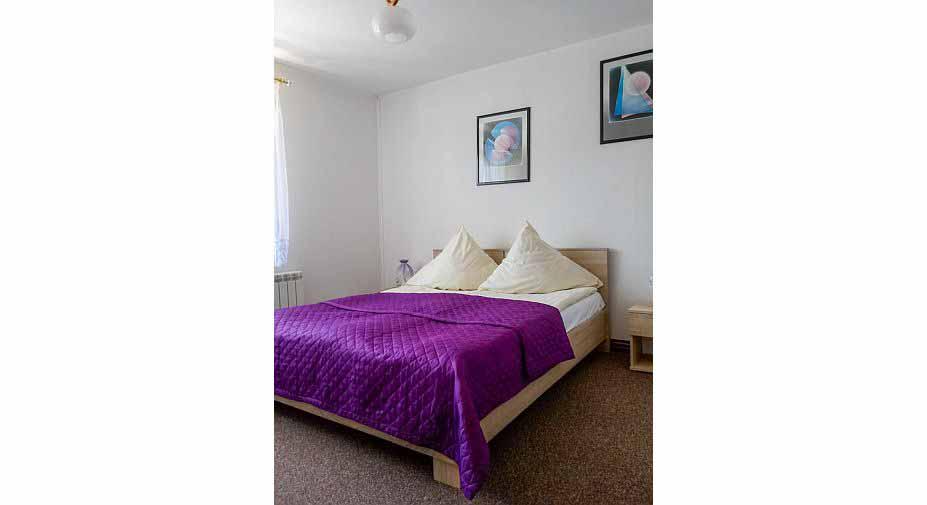 duże-łóżko-w-pokoju-typu-studio