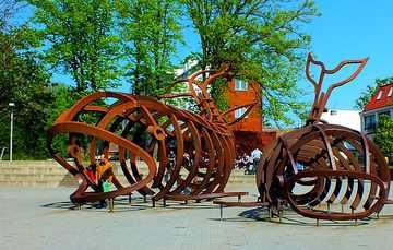 pomnik-Szkielety-Wielorybów-autorstwa-Wiktora-Szostało